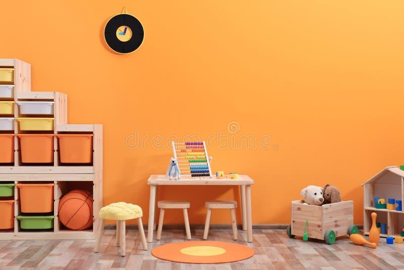 Interior à moda da sala do ` s das crianças com brinquedos imagens de stock royalty free