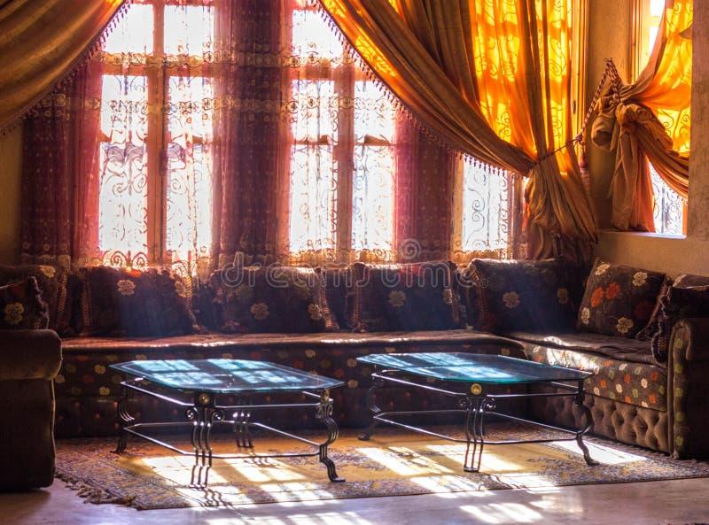 Interior árabe - pasillo del hotel con las mesas de centro imagen de archivo libre de regalías