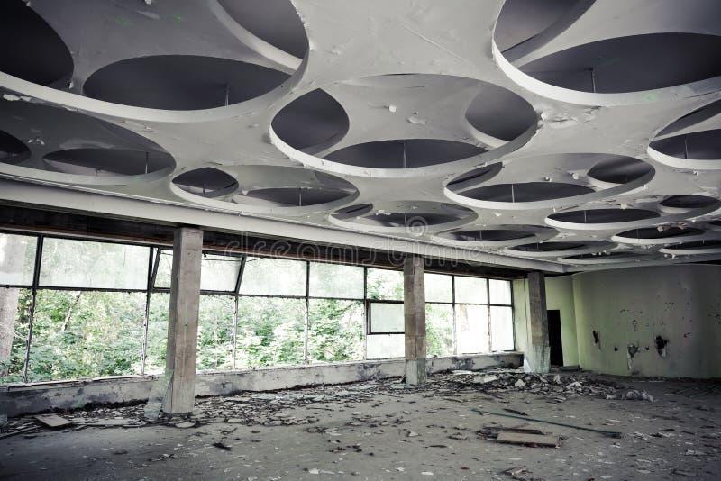 Interior abandonado del edificio industrial Pasillo vacío imagen de archivo