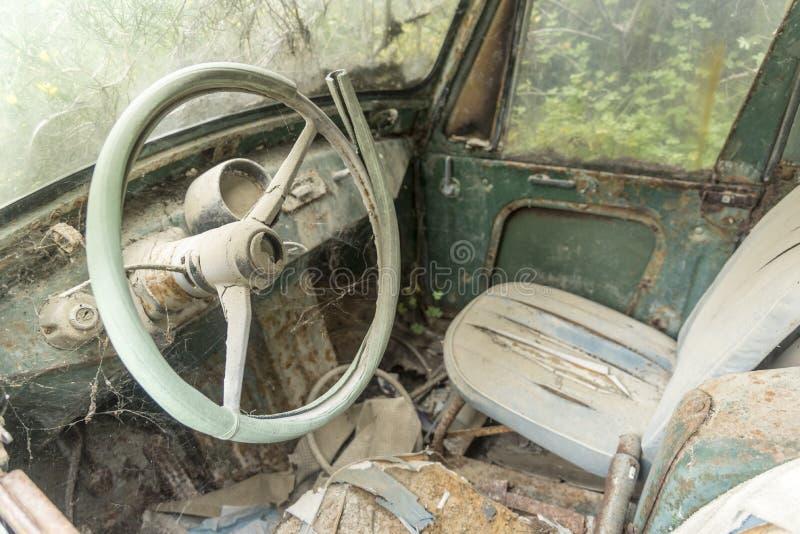 Interior abandonado do veículo na vila o Rodes de Ialysos foto de stock