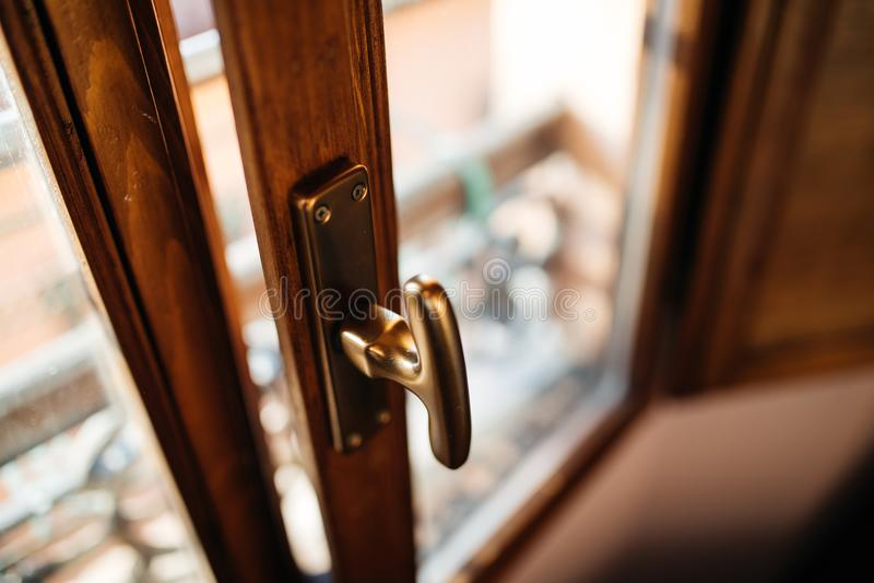 Interior abierto de la ventana italiana vieja de la casa en Bolonia foto de archivo