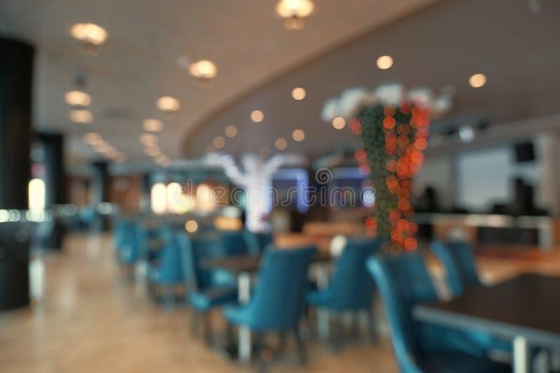 Interior abstracto del restaurante de la falta de definici?n para el fondo Empa?e la cafeter?a o el restaurante del caf? con el f imagenes de archivo