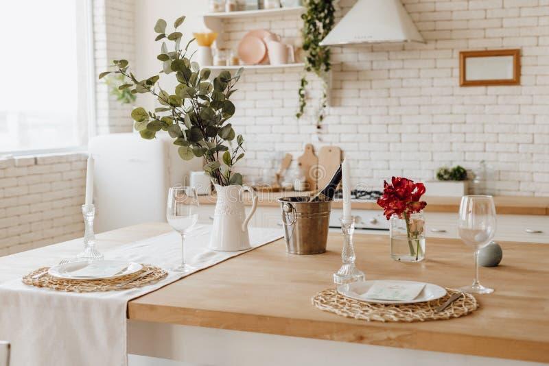 Interior acogedor blanco de Provence de la tabla de cocina en casa imagen de archivo