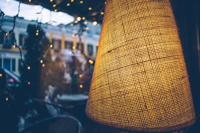 interior acogedor caliente en la lámpara del restaurante fotografía de archivo libre de regalías