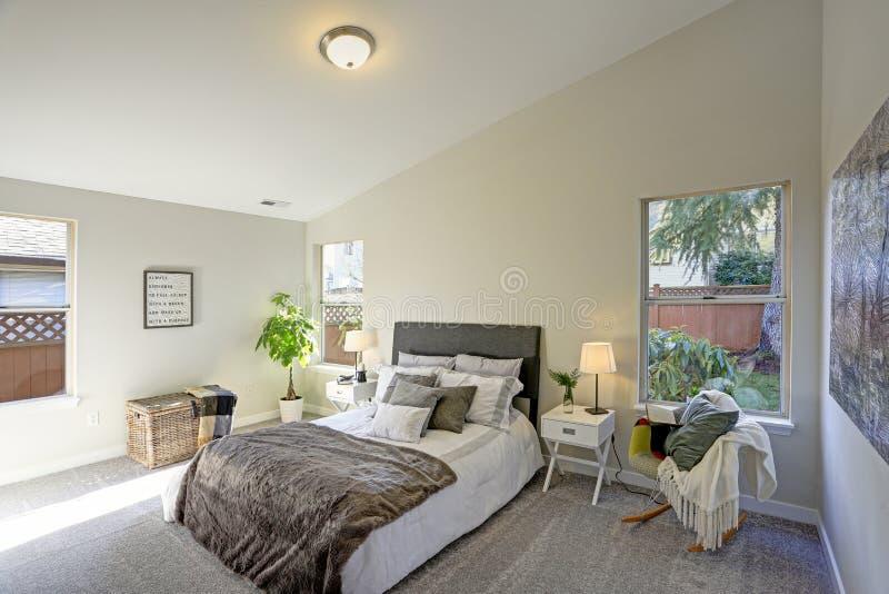Interior acogedor del dormitorio con el techo saltado fotos de archivo libres de regalías