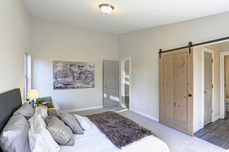 Interior acogedor del dormitorio con el techo saltado foto de archivo
