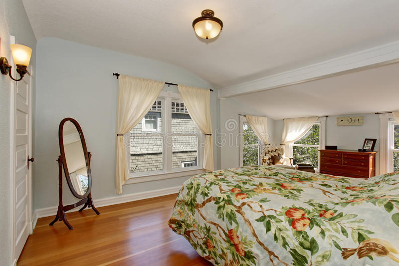 Interior acogedor del dormitorio con el techo y el suelo de parqué saltados fotos de archivo libres de regalías