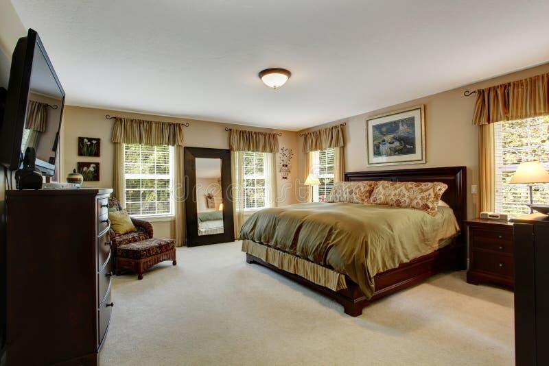 Interior acogedor del dormitorio en colores verdes olivas imagen de archivo