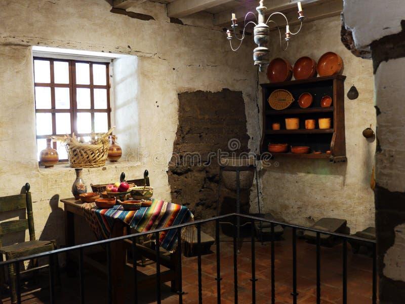 Interior acogedor en el museo de Carmel Mission foto de archivo