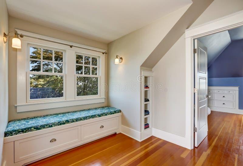 Interior acolhedor simples da sala de estar no sótão imagem de stock