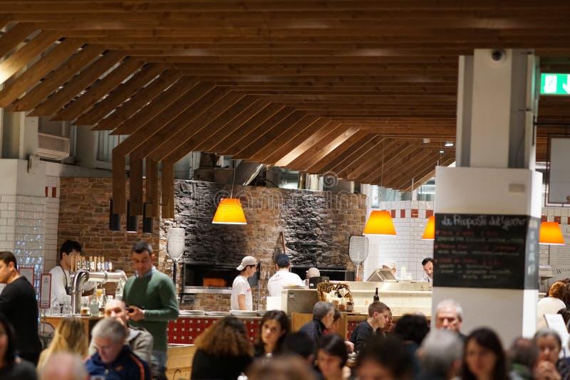 Interior aglomerado do restaurante imagens de stock