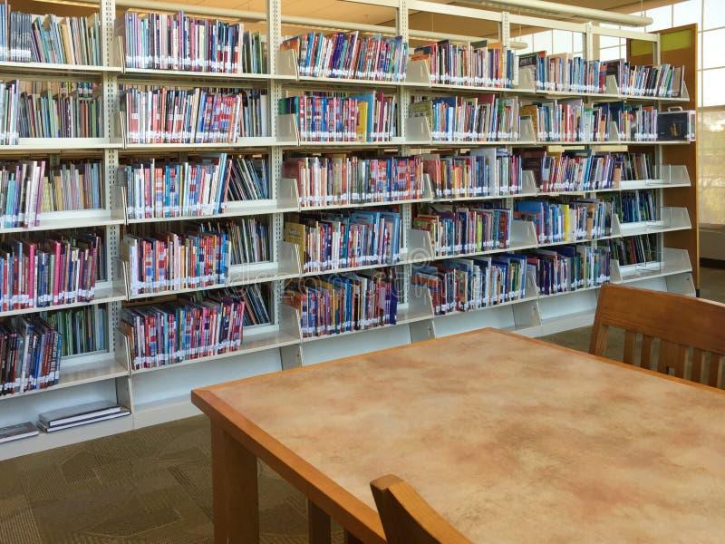 Interior agradável da biblioteca pública fotografia de stock