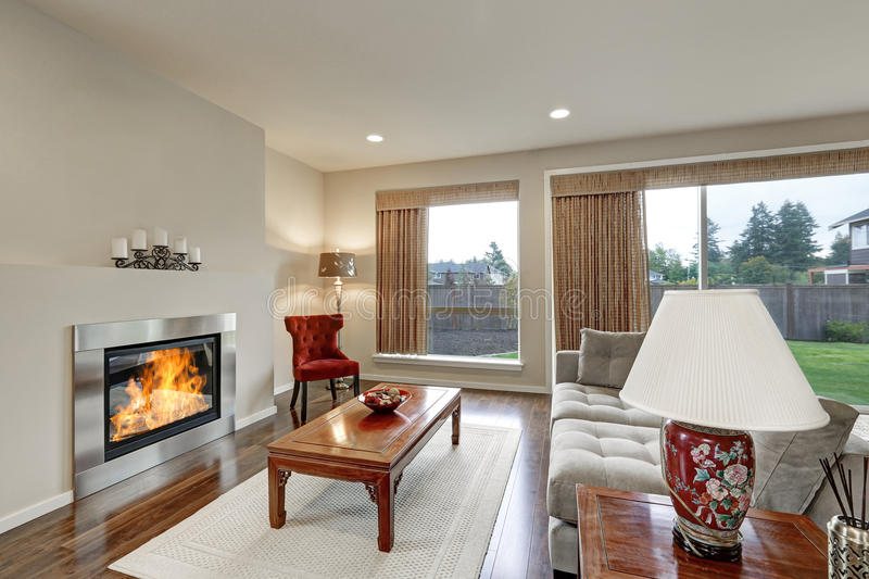 Interior americano típico de la sala de estar en tonos ligeros foto de archivo