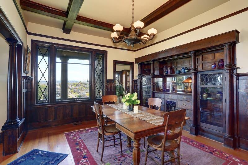 Interior antigo da sala de jantar do estilo com as flores frescas na tabela imagens de stock royalty free