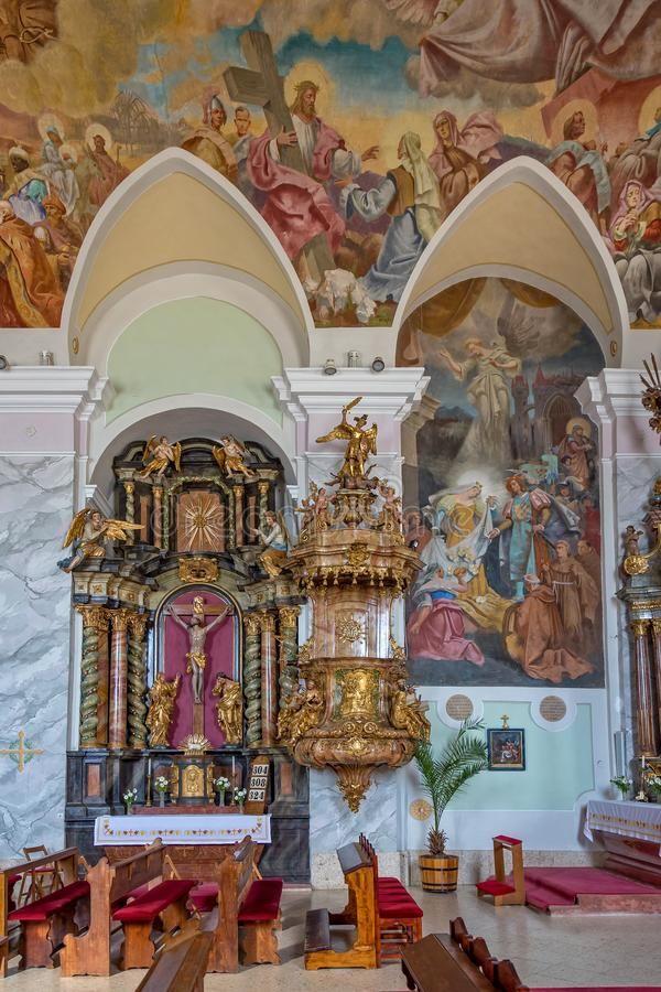 Interior antigo famoso da igreja em uma vila húngara pequena Sumeg fotografia de stock