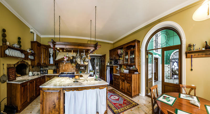 Interior antiquado da cozinha bonita com mobília de madeira fotografia de stock royalty free