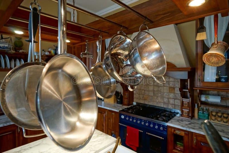 Interior antiquado da cozinha bonita com mobília de madeira imagens de stock royalty free