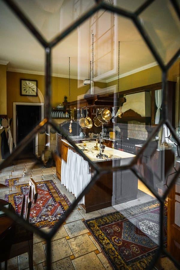 Interior antiquado da cozinha bonita com mobília de madeira imagem de stock