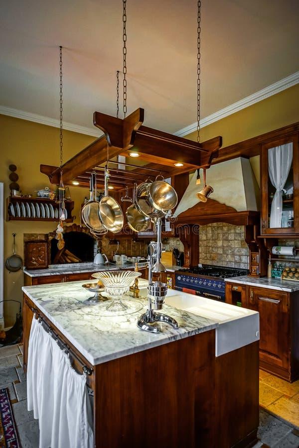 Interior antiquado da cozinha bonita com mobília de madeira foto de stock royalty free