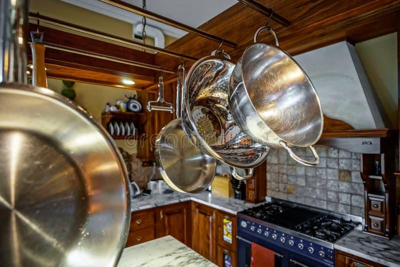 Interior antiquado da cozinha bonita com mobília de madeira imagens de stock