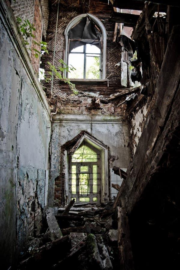 Interior arruinado de uma mansão abandonada de Khvostov no estilo gótico, registro de Lipetsk imagem de stock