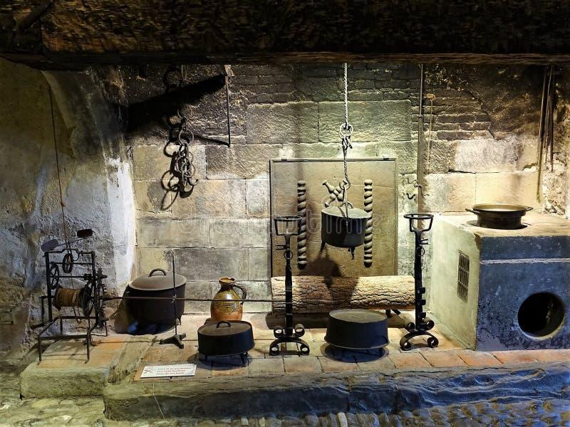 Interior ascético de cocina medieval foto de archivo