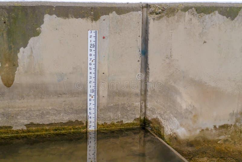 Interior ascendente próximo de um tanque de água concreto com água clara fotos de stock