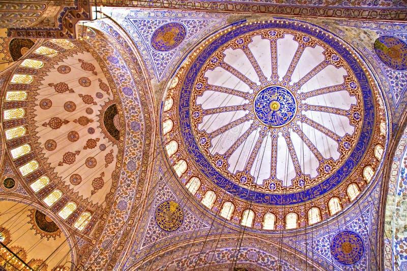 Interior av den blåa moskén i Istanbul arkivbilder