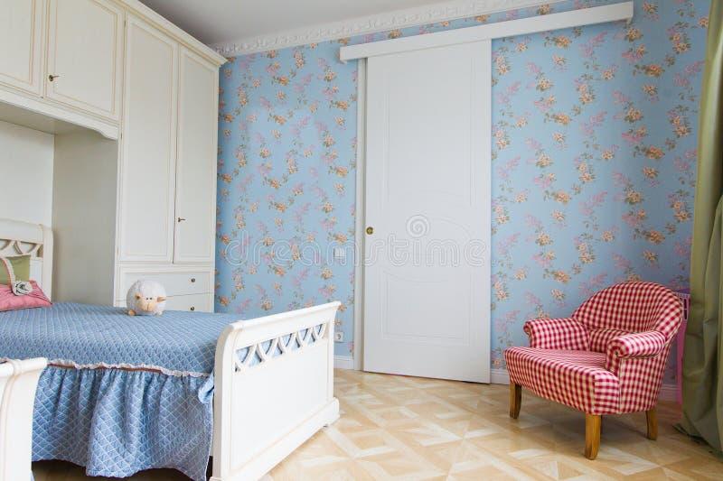 Interior azul del dormitorio de las muchachas imagen de archivo libre de regalías