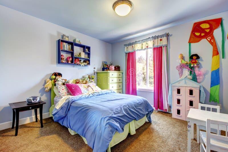 Interior azul del dormitorio de las muchachas. Sitio de niño. fotografía de archivo libre de regalías