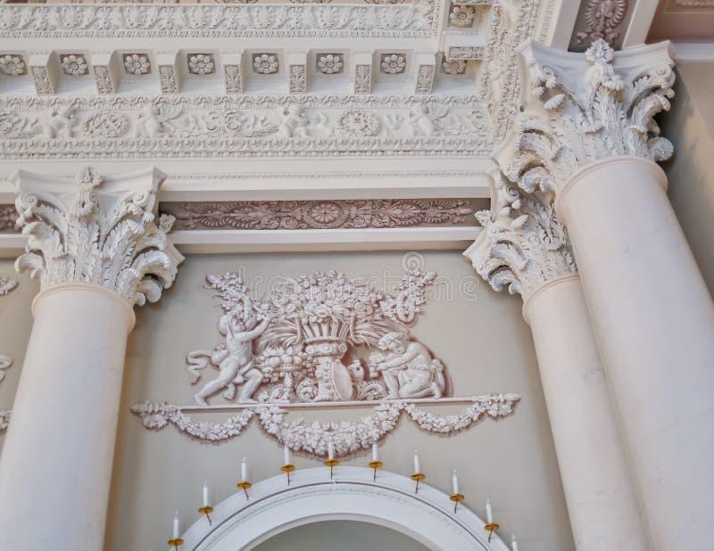 Interior barroco rico limpio ligero moderno del estilo con el oscilación imagenes de archivo