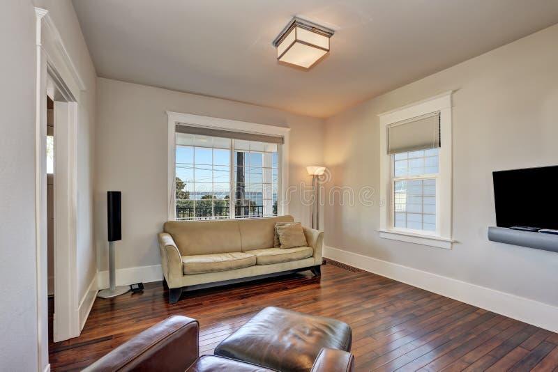 Interior bege brilhante da sala de visitas na casa moderna imagem de stock
