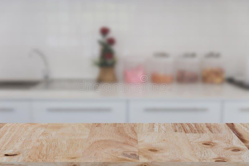interior blanco borroso del banco de la cocina con la madera seleccionada TA del foco fotografía de archivo libre de regalías