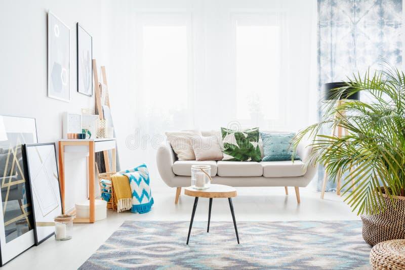 Interior blanco brillante de la sala de estar fotos de archivo