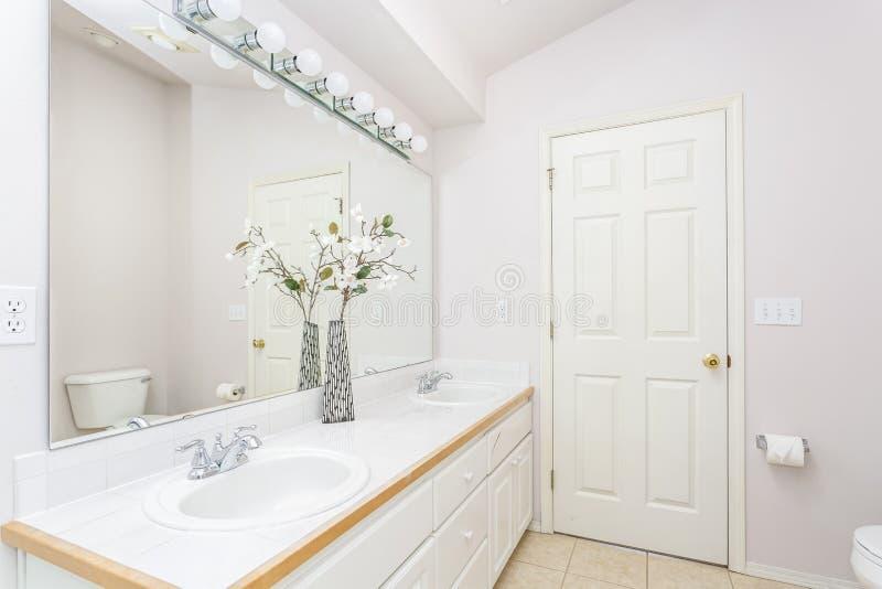 Interior blanco del cuarto de baño con el techo saltado foto de archivo libre de regalías