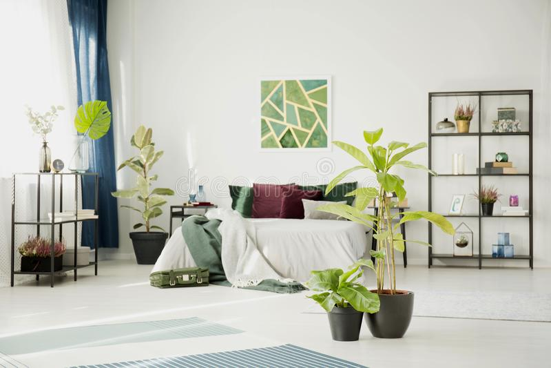 Interior blanco del dormitorio del diseño moderno imagen de archivo libre de regalías