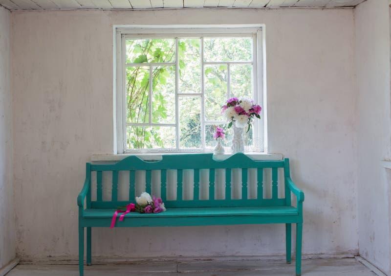 Interior blanco del vintage con el banco de madera imagenes de archivo