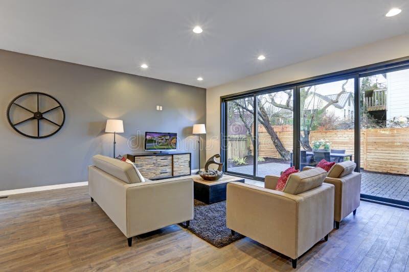 Interior blanco y gris de la sala de estar en tonos neutrales fotos de archivo
