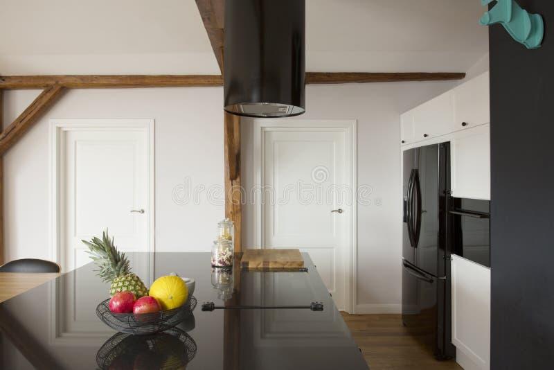 Interior blanco y negro de la cocina fotografía de archivo