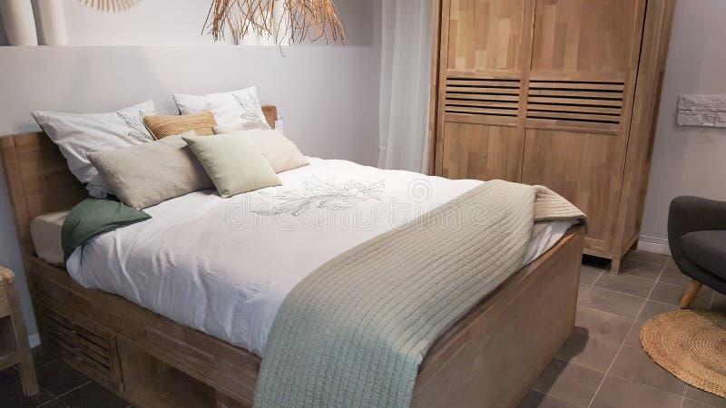 Interior bonito da casa do quarto com as cortinas dos coxins no quarto branco de madeira imagens de stock royalty free