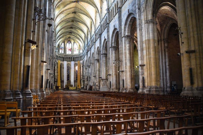 Interior bonito da catedral católica em Vienne, França fotografia de stock