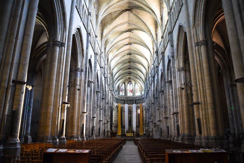 Interior bonito da catedral católica em Vienne, França imagens de stock