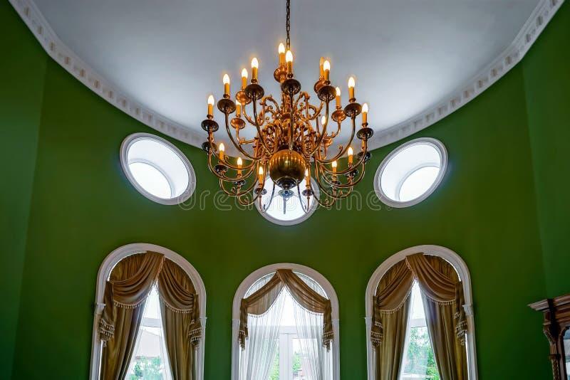 Interior bonito da sala de visitas com janelas altas foto de stock royalty free