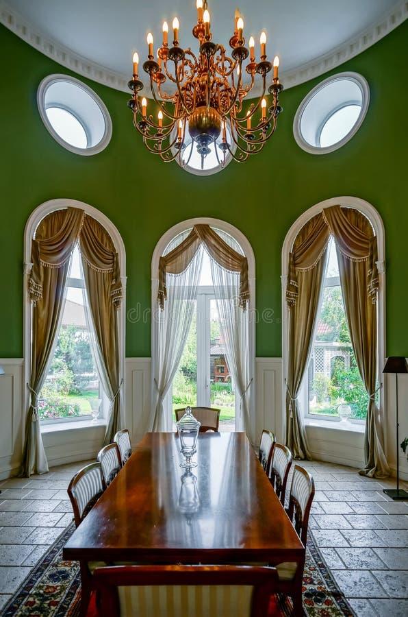 Interior bonito da sala de visitas com janelas altas fotografia de stock royalty free