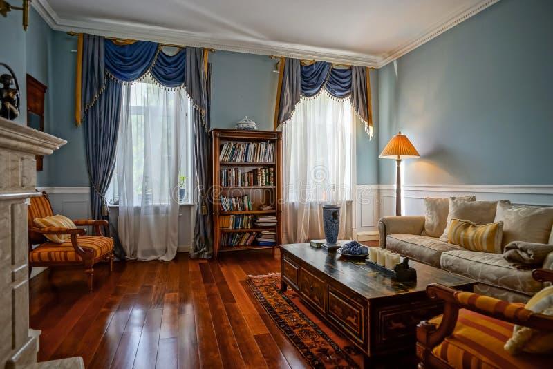 Interior bonito da sala de visitas com janelas altas imagens de stock royalty free