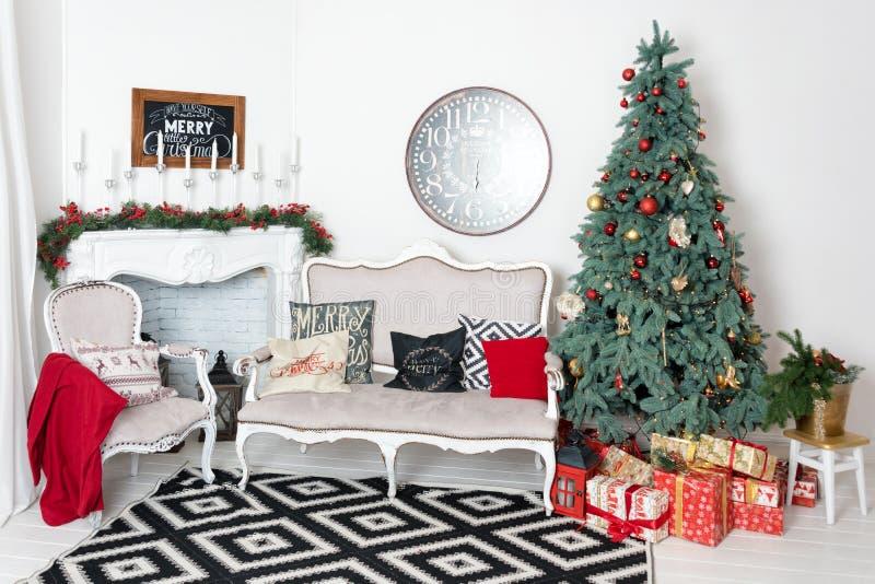 Interior bonito do Natal Decoração do ano novo Casa do conforto Árvore clássica do ano novo decorada em uma sala com foto de stock