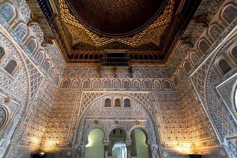 Interior bonito do palácio real do Alcazar do século XIV no estilo Mudejar com paredes modeladas, Sevilha da arquitetura fotografia de stock