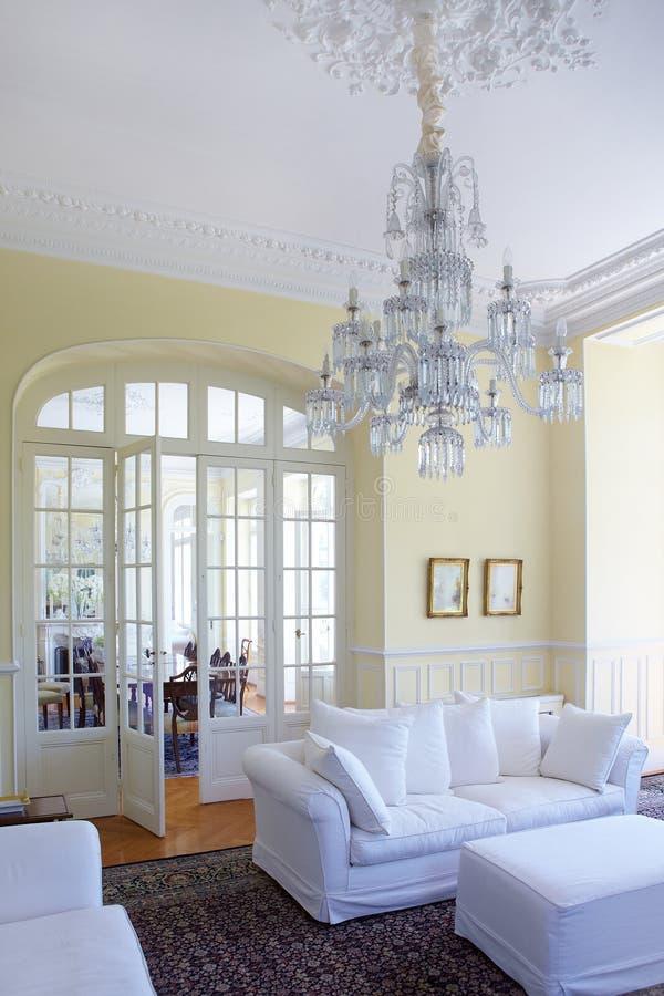 Interior bonito nas cores brancas foto de stock