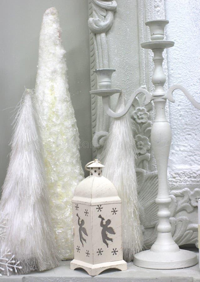Interior branco com as decorações brancas da lanterna dos castiçal para o Natal fotos de stock