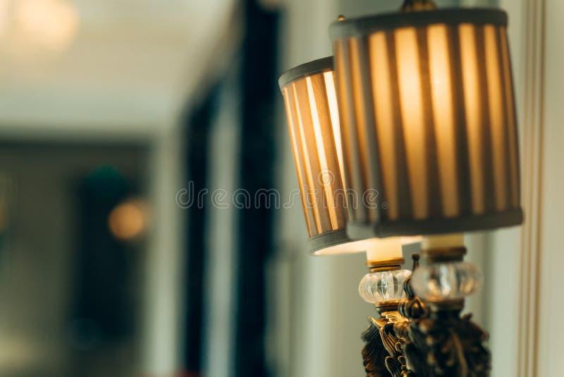 Interior branco com lâmpada de assoalho fotos de stock